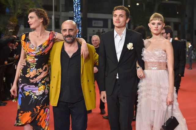 Le réalisateur de Love, Gaspar Noé (deuxième à... (Photo AFP, ANNE-CHRISTINE POUJOULAT)