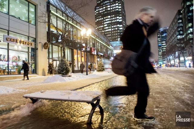 Des rues du centre-ville inondées, à Montréal en... (Photo Graham Hughes, archives PC)