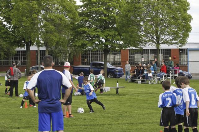 Le début de la saison de soccer est... (Photo Julie Catudal)
