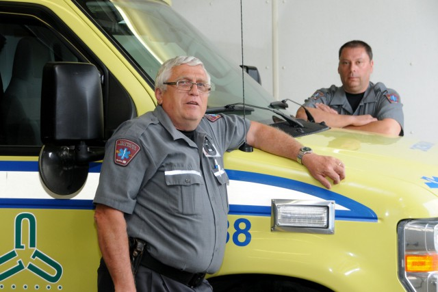 L'intervention des ambulanciers Alain Lavallée et Dominique Vanesse... (Photo collaboration spéciale Éric Beaupré)