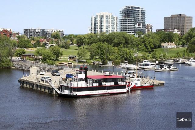 Croisières Outaouais amarre son bateau au quai près... (Etienne Ranger, LeDroit)