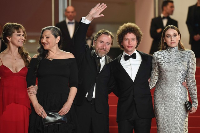 Le réalisateur mexicain Michel Franco (deuxième à partir... (Photo AFP, Valery Hache)