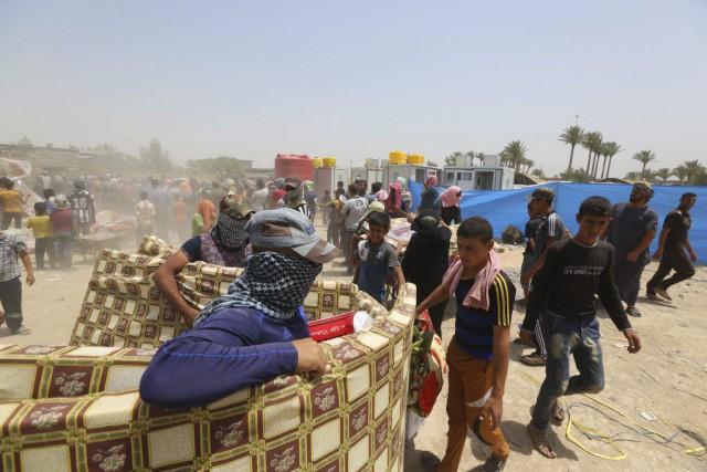 Des civils irakiens qui ont fui la ville... (PHOTO HADI MIZBAN, ARCHIVES AP)