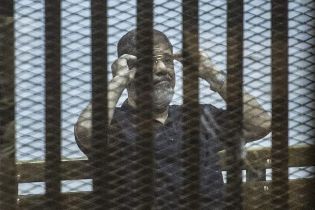 L'ex-président égyptien Mohamed Morsi, jugé samedi au Caire... (PHOTO KHALED DESOUKI, AFP)