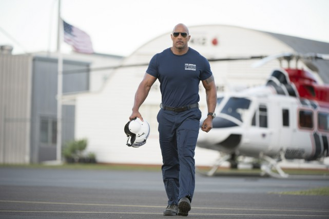 Dans San Andreas, Dwayne Johnson se glisse dans la... (Photo fournie par Warner Bros.)