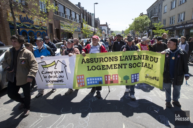 Des manifestants ont manifesté dans les rues du... (PHOTO ROBERT SKINNER, LA PRESSE)