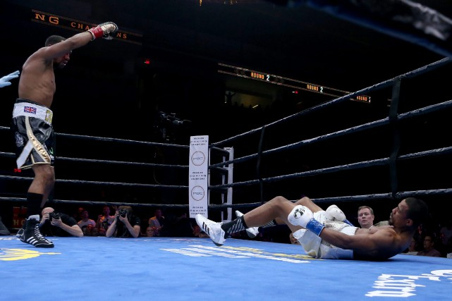 James DeGale lève le poing dans les airs... (Photo Mary Schwalm, AP)