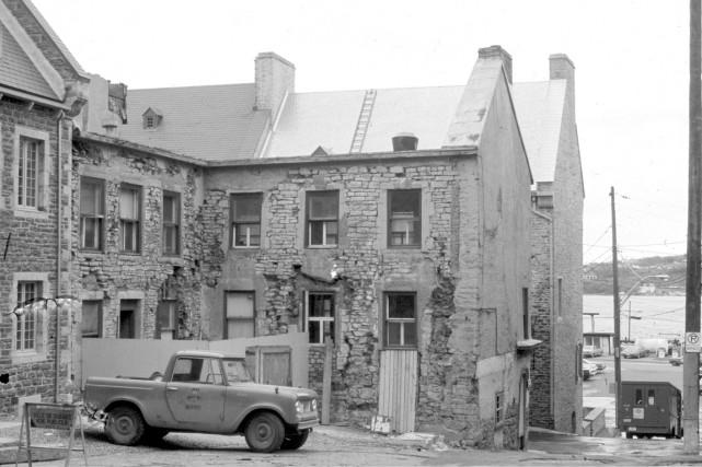 Si les touristes se ruent à place Royale pour retrouver l'esprit de 400 ans... (Archives de la Ville de Québec. Négatif numéro N401490)
