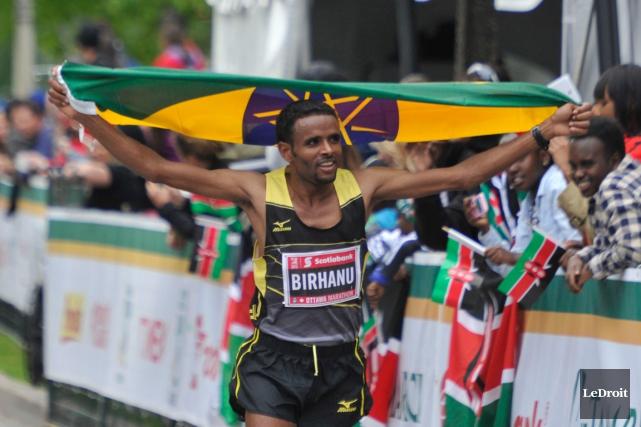 Girmay Birhanua franchi le fil d'arrivée en 2:08:14.... (PHOTO MARTIN ROY, LEDROIT)