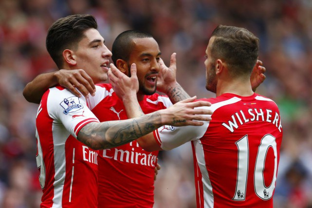 Theo Walcott (au centre) célèbre l'un de ses... (PHOTO EDDIE KEOGH, REUTERS)