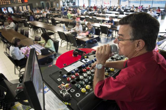Salle de bingo à Montréal... (La Presse Canadienne, Paul Chiasson)