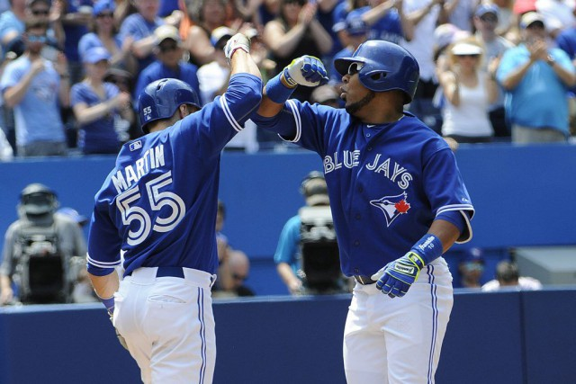Edwin Encarnacion célèbre son circuit avec Russell Martin.... (PHOTO PETER LLEWELLYN, USA TODAY)