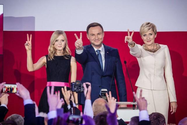 Andrzej Duda était accompagné sur scène de sa... (Photo: AFP)
