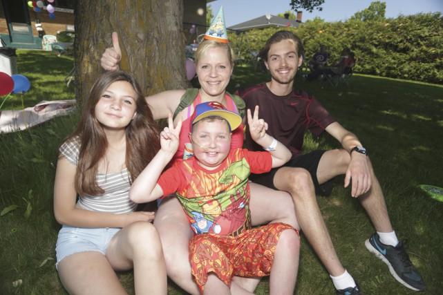 Jean-Gilles Gadoury a fêté son dixième anniversaire entouré... (photo Catherine Trudeau)
