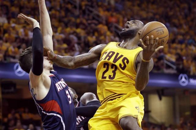 LeBron James a fait fi d'un début de match atroce et a enregistré un... (Photo: AP)