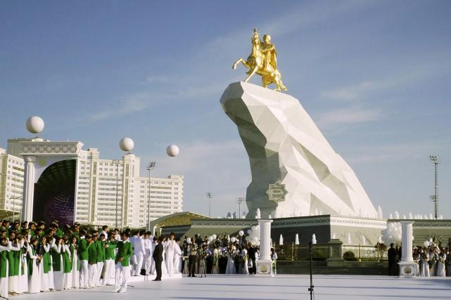La statue de 21 mètres de hauteur représente... (PHOTO ALEXANDER VERSHININ, AP)