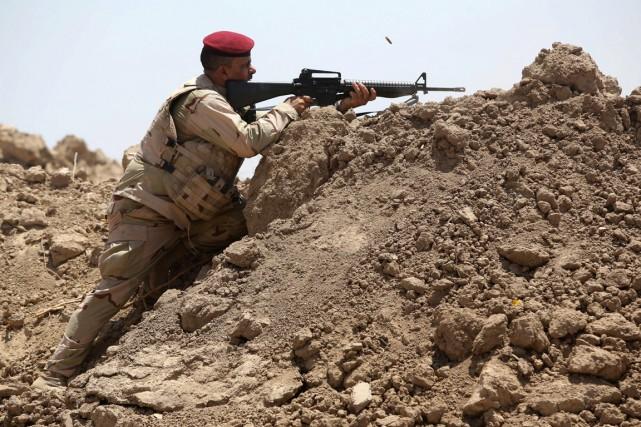 Un soldat irakien en plein combat contre des... (PHOTO AHMAD AL-RUBAYE, ARCHIVES AFP)