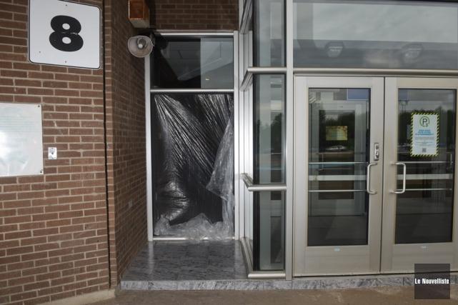 Des malfaiteurs ont fracassé une vitre de l'entrée... (Photo: François Gervais, Le Nouvelliste)