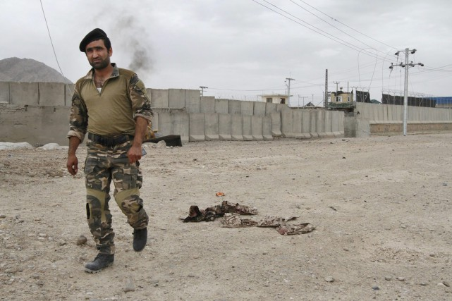Un officier afghan inspecte le site d'un attentat... (PHOTO ALLAUDDIN KHAN, ARCHIVES AP)