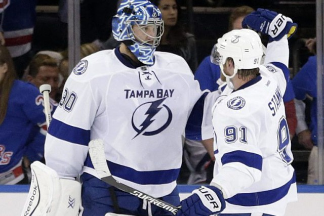Steven Stamkos et son gardien Ben Bishop.... (Photo Frank Franklin, AP)