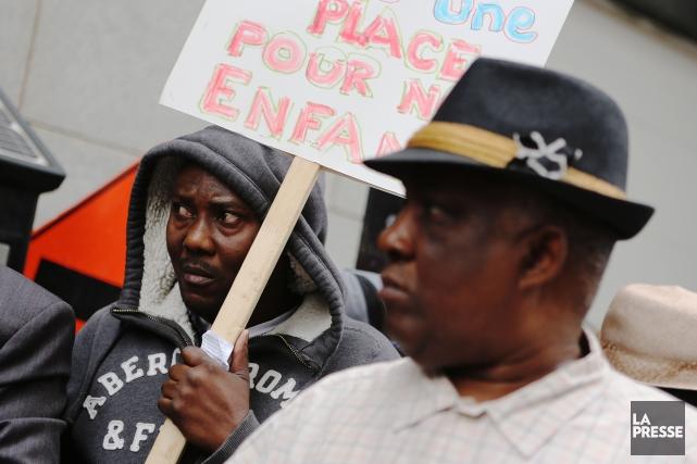 Réunis devant les bureaux deCitoyenneté et Immigration Canada,... (PHOTO MARTIN CHAMBERLAND, LA PRESSE)
