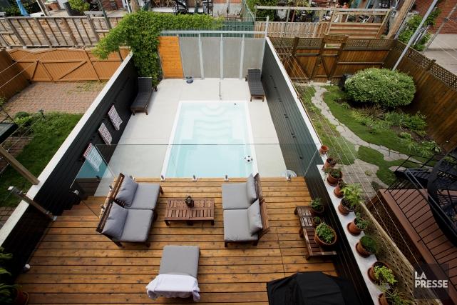 La piscine en vedette, la cour est devenue... (PHOTO ALAIN ROBERGE, LA PRESSE)