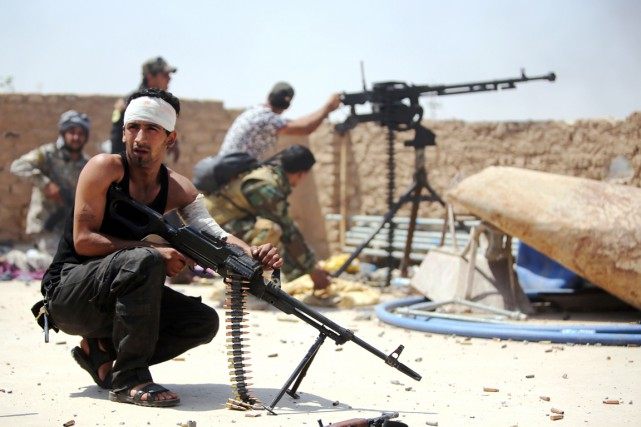 Des combattants desUnités de mobilisation populaires, force paramilitaire... (PHOTO AHMAD AL-RUBAYE, AFP)
