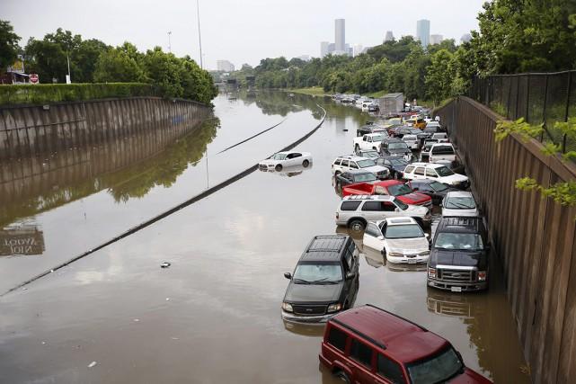 Des images des télévisions locales montraient des voitures... (PHOTO CODY DUTY, AP/HOUSTON CHRONICLE)