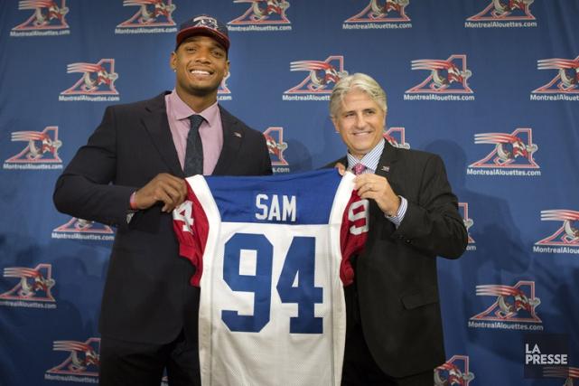 Michael Sam et le directeur général des Alouettes... (Photo: Robert Skinner, La Presse)