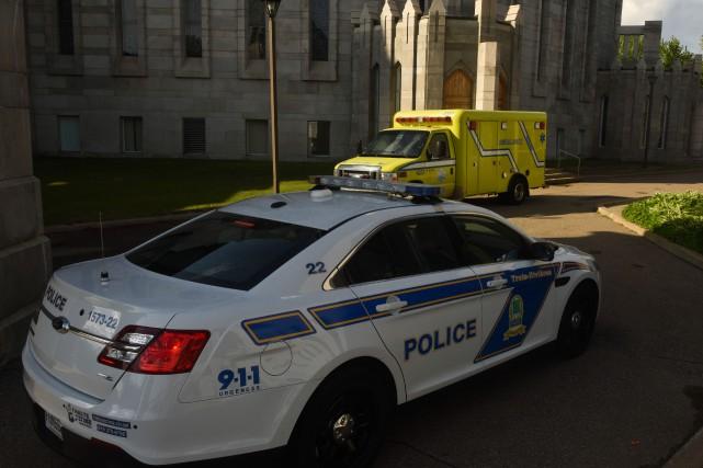 Un important déploiement ambulancier et policier a eu... (PHOTO: FRANÇOIS GERVAIS)