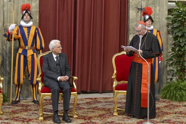Le cardinal italien Pietro Parolin (à droite) est... (Photo: Reuters)