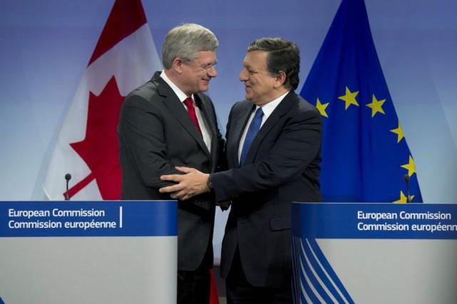 Stephen Harper et l'ex-président de la Commission européenne,... (PHOTO ADRIAN WYLD, ARCHIVES LA PRESSE CANADIENNE)