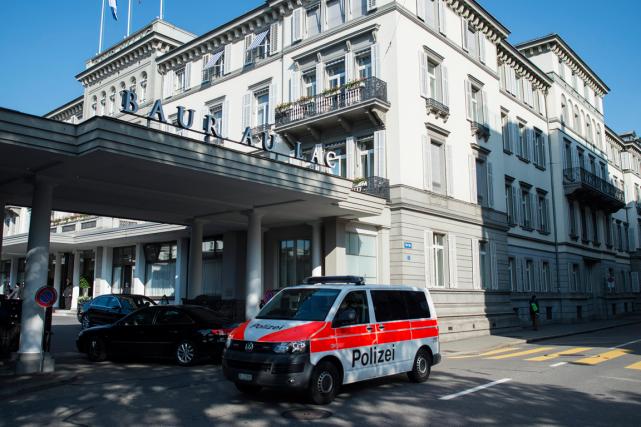 Des policiers suisses en civil opérant à la... (Photo Ennio Leanza, AP)