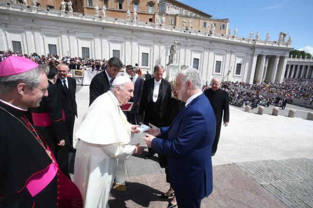 Le pape François et le premier ministre Philippe... (Matteo Mignani, gouvernement du Québec)