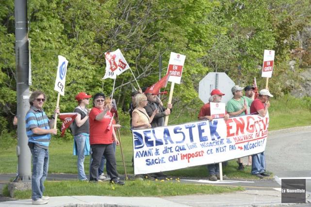 Les grévistes de Delastek ont reçu une visite... (Photo: Sylvain Mayer, Le Nouvelliste)
