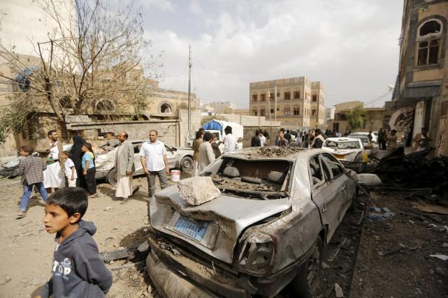 Des civils se rencontrent sur les lieux d'un... (PHOTO KHALED ABDULLAH, REUTERS)