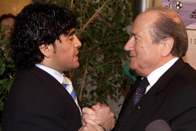 Diego Maradona et Joseph Blatter à Rome en... (Archives Reuters)