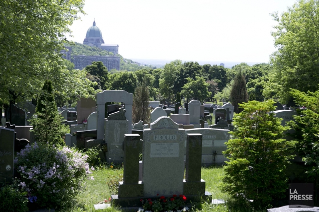 Le cimetière Notre-Dame-des-Neiges (photo) n'est pas le seul... (PHOTO FRANÇOIS ROY, ARCHIVES LA PRESSE)