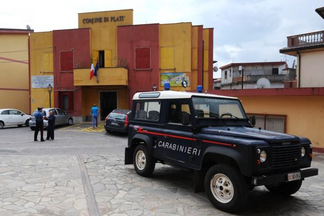 L'hôtel de ville de Platì estpeint en jaune... (PHOTO MARIO LAPORTA, AFP)