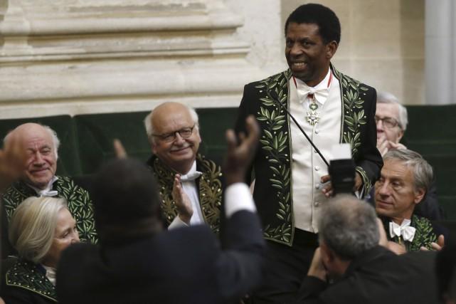 Dany Laferrière a été longuement applaudi par ses... (AFP, Thomas Samson)