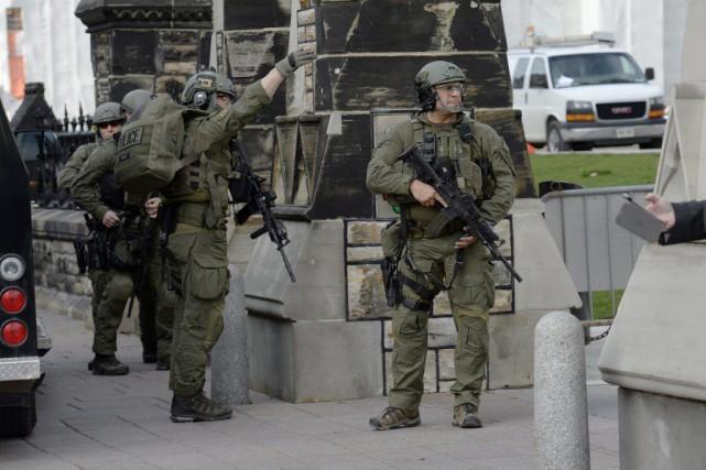 Des agents de la GRC veillent à la... (Adrian Wyld, Archives La Presse Canadienne)
