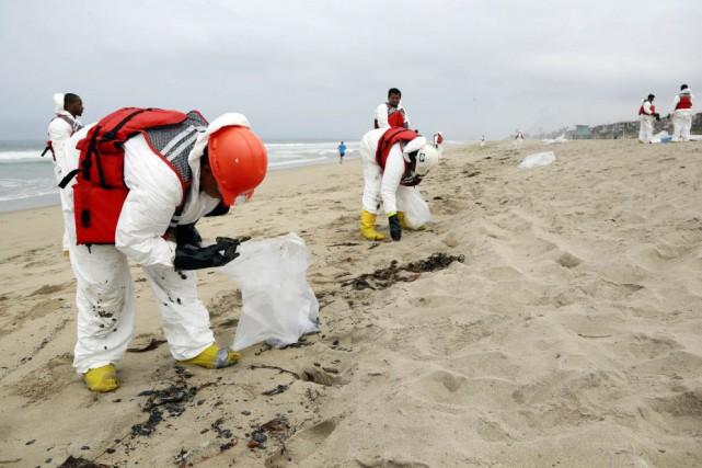 Des services d'urgence sont intervenus pour nettoyer le... (Photo Nick Ut, AP)