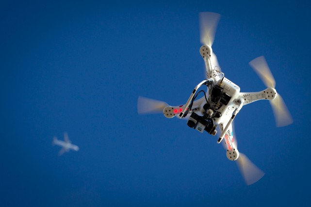 La montée des incidents impliquant des drones récréatifs... (PHOTO CARLO ALLEGRI, ARCHIVES REUTERS)