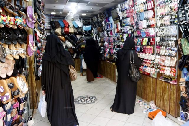Des femmes regardent des chaussures dans un magasin... (PHOTO ARCHIVES REUTERS/STRINGER)