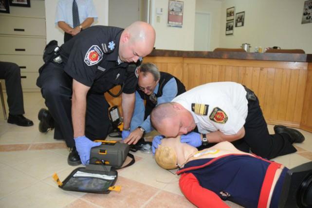 Des techniciens pratiqent la réanimation cardiaque.... (Photo Janick Marois)