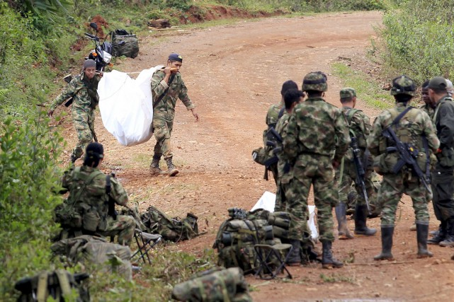 Des soldats de l'armée colombienne transportent la dépouille... (PHOTO JAIME SALDARRIAGA, ARCHIVES REUTERS)