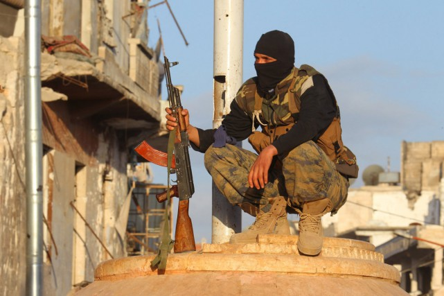 Un combattant du Front al-Nosra monte la garde... (PHOTO AMMAR ABDULLAH, ARCHIVES REUTERS)