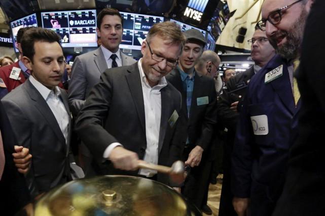 Au centre, Russ Jones, directeur financier chezShopify, à... (Archives, Associated Press)