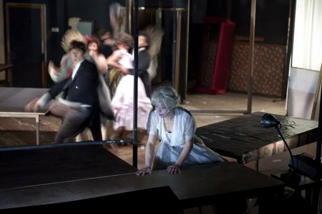 Une actrice en robe à crinoline arrive dans la pénombre, au milieu d'un décor... (Photo: Brigitte Enguerand, fournie par le FTA)