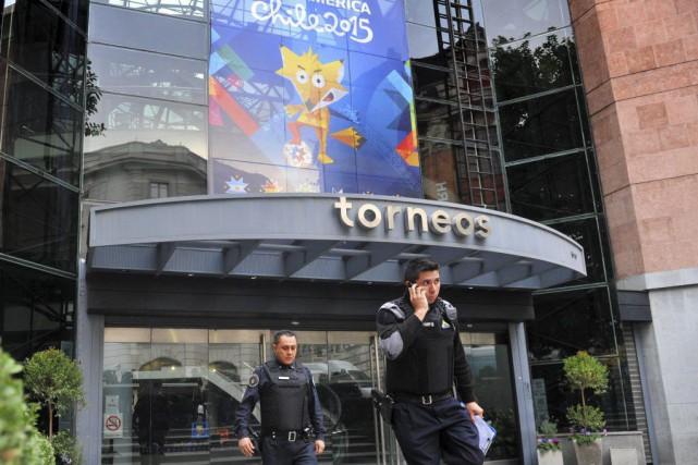 Les policiers ont mené des perquisitions au siège... (PHOTO AFP/TELAM)